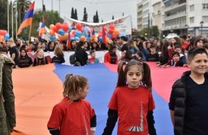 «Είμαστε εδώ» φώναξαν στην Αθήνα οι Αρμένιοι, 104 χρόνια μετά από τη γενοκτονία τους — Έκαψανφωτογραφίες των γενοκτόνων τους (φωτο, βίντεο)