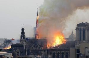Στις φλόγες η εμβληματική Παναγία των Παρισίων — Τεράστια καταστροφή και παγκόσμιο σοκ