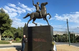 Βανδάλισαν το άγαλμα του Μεγάλου Αλεξάνδρου στην Αθήνα — Στέλεχος του ΤΡΑΠΕΖΟΥΝΤΑ.gr έσβησε τα αισχρά συνθήματα