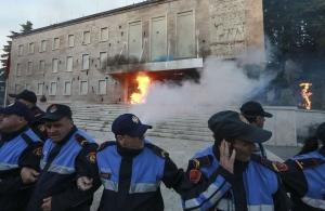 Τίρανα: Μολότοφ και δακρυγόνα σε μεγάλη διαδήλωση κατά του Ράμα