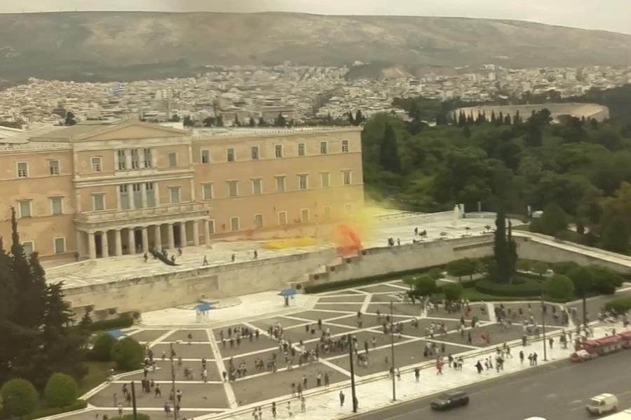 Επίθεση στη Βουλή από τον Ρουβίκωνα, με μπογιές και καπνογόνα, για τον Κουφοντίνα (βίντεο)