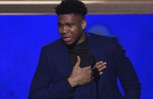Συγκλόνισε ο Γιάννης, βάζοντας τα κλάματα όταν παρέλαβε το βραβείο του MVP