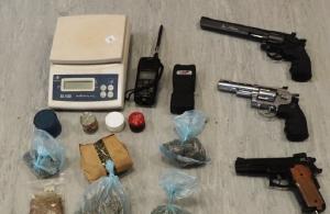 Γνωστός ράπερ συνελήφθη με όπλα και ναρκωτικά