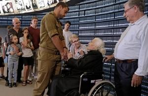 Μια Ελληνίδα συναντά μετά από 75 χρόνια τους Εβραίους που έσωσε από τους Ναζί στη Βέροια