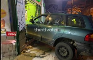 Αστυνομική καταδίωξη στη Θεσσαλονίκη: Πήδηξαν έξω οι επιβάτες και το τζιπ κατέληξε μόνο του μέσα σε κατάστημα