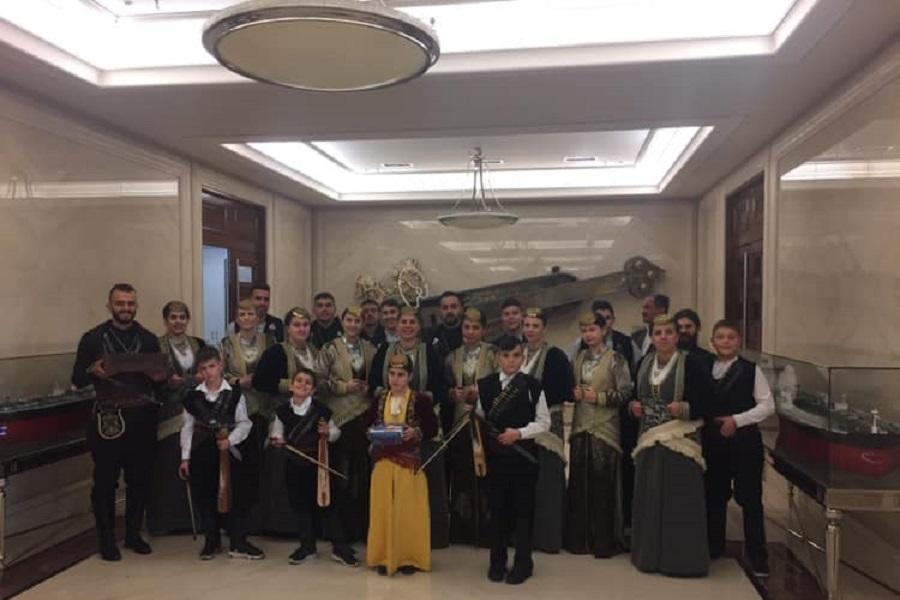 Η Εύξεινος Λέσχη Επισκοπής Νάουσας είπε τα κάλαντα στην Αθήνα (φωτο)