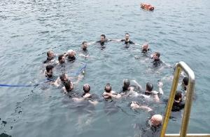Θεοφάνεια: Με λαμπρότητα η τελετή αγιασμού των υδάτων στο λιμάνι του Πειραιά