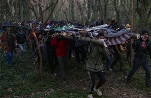 Μετανάστες στον Έβρο: Με αυτοσχέδιες σκάλες προσπάθησαν να περάσουν τα σύνορα