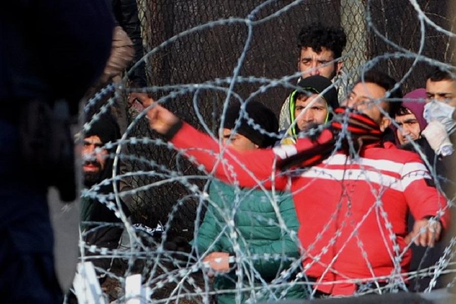 Έβρος: Μετανάστες πετούν χημικά κρατώντας την τουρκική σημαία, πυροβολούν στον αέρα οι Έλληνες (βίντεο)