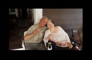 Γιόρτασαν την επέτειο 65 χρόνων του γάμου τους, εν μέσω της πανδημίας — Περνάνε την ώρα τους ακούγοντας ποντιακά τραγούδια και διαβάζουν για την ιστορία του Πόντου