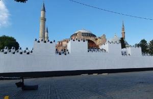 Έστησαν ομοίωμα τείχους μπροστά στην Αγία Σοφία για να κάνουν… φιέστα για την Άλωση!