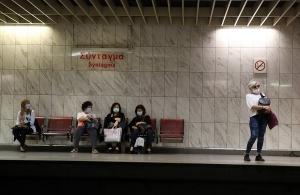 Φωτογραφίες από τις απαγορευτικές κορδέλες στο μετρό — Τα νέα μέτρα για μετακίνηση στα ΜΜΜ