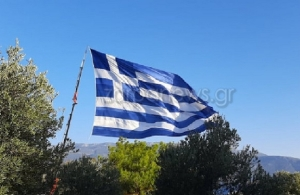 28η Οκτωβρίου: Κρητικός ύψωσε στο Καστελλόριζο τη μεγαλύτερη ελληνική σημαία