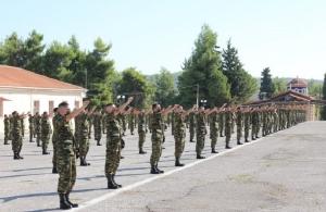 Στρατιωτική θητεία: «Βρέχει» νεοσύλλεκτους παρά την καραντίνα