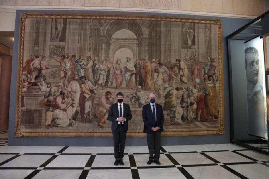 Στη Βουλή των Ελλήνων η ταπισερί «Η Σχολή των Αθηνών» ως προσφορά του Προέδρου της Γαλλικής Εθνοσυνέλευσης για τα 200 χρόνια από την Ελληνική Επανάσταση