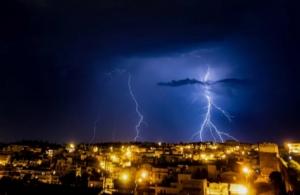 Καιρός: Βροχές, χαλάζι και πτώση της θερμοκρασίας από σήμερα