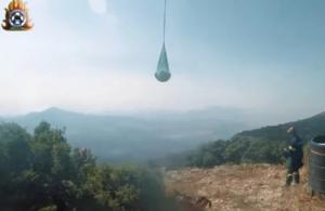 Εντυπωσιακό βίντεο: Πυροσβέστες σβήνουν φωτιές σε δυσπρόσιτα σημεία