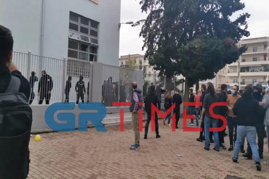 Σταυρούπολη: Νέα επεισόδια με μολότοφ και κροτίδες έξω από το ΕΠΑΛ Σταυρούπολης