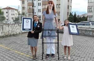 Βιβλίο ρεκόρ Γκίνες: Η ψηλότερη γυναίκα στον κόσμο είναι Πόντια