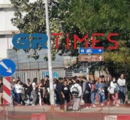 Φοιτητές σχηματίζουν ατελείωτες ουρές για μια μερίδα φαγητό στο ΑΠΘ